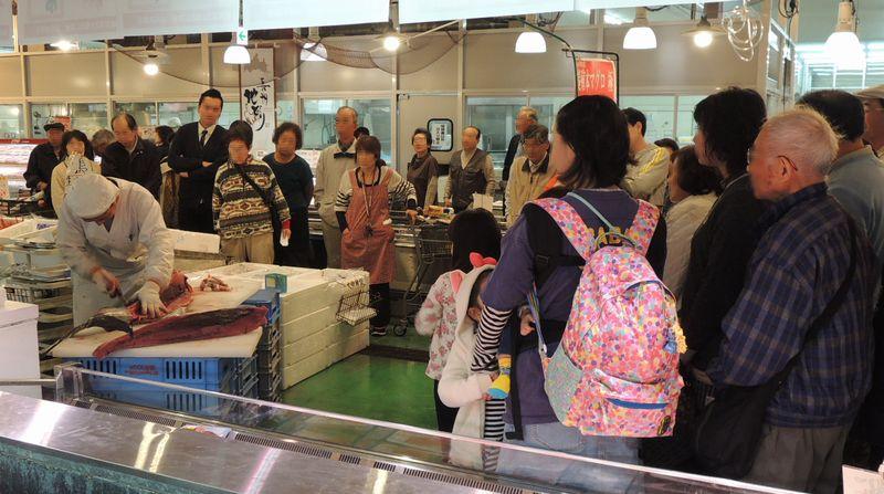 山京鮮魚コーナーで本マグロ解体実演即売会開催