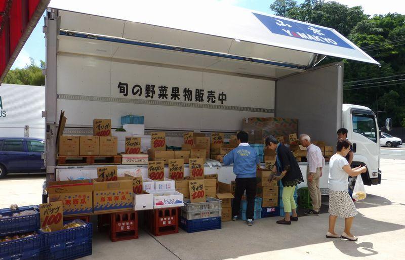宍道町のガソリンスタンド宇佐美さんの敷地の一角をお借りしてトラックで野菜果物の出張販売をしました